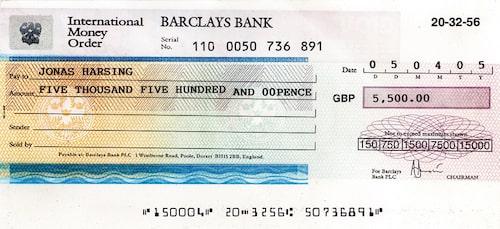 För en lekman är det omöjligt att skilja en falsk bankcheck från en äkta. Checken här ovan är falsk och skickades som en betalning för en Hyundai Atos. I det fallet försökte mottagaren aldrig lösa in checken, däremot skrev vi en artikel i Teknikens Värld 11/2005 om bedrägeriförsöket. Det luriga med checkbedrägerier är att man som kund kan få ut pengar på den falska checken, för att två veckor senare tvingas betala tillbaka pengarna när banken har upptäckt att den är falsk.