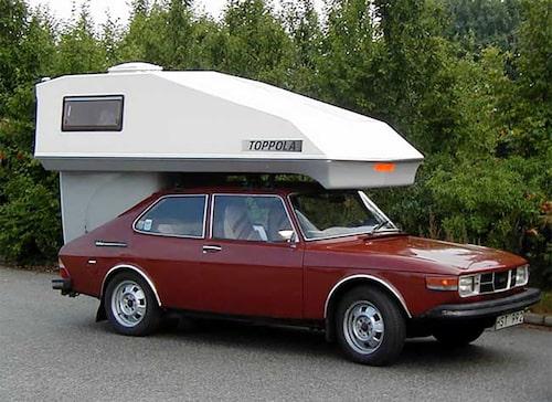 En Saab 99 Toppola Camper, en inte helt ovanlig syn på svenska vägar under 1980-talet. Monterade man bort bakluckan kunde man koppla på Toppola-campingsatsen som tillverkades i Landskrona. Även här ingick ett enklare kök vid sidan om sovplats.