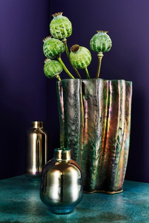 Handgjord vas med glasering av mineraler, ädla metaller och oxider, 3995kr, Mobach/Oscar & Clothilde, flaskor i munblåst glas, 550–600 kr, Ulla Gustafsson/Blås & knåda.