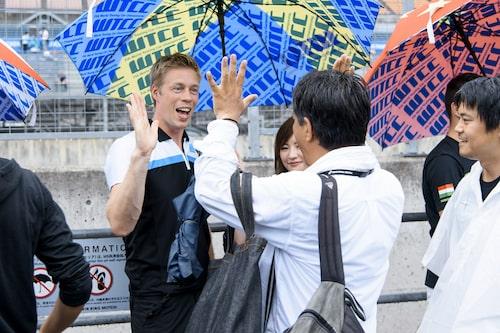 I Japan har de en high five-session innan race, det är oerhört populärt...