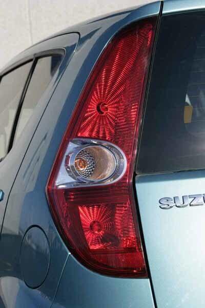 Suzuki har ett snyggt baklyse som vid bromsning ger ett spindelnätsliknande ljussken. Är vid en närmare titt lite annorlunda.