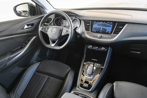 Opel upptill och Peugeot nertill. Grandland är en mix av tyskt och franskt.