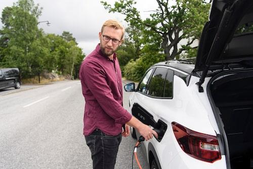 Erik Wedberg upprörs över att Opel tar extra betalt för möjlighet till snabbare laddning.