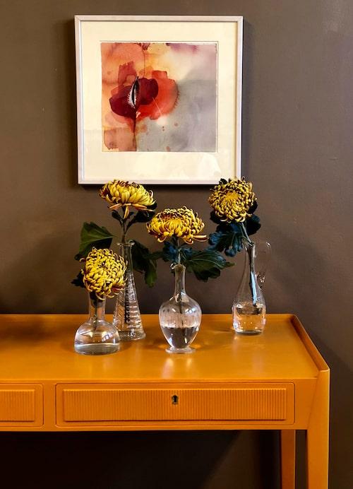 Skrivbordet med sina smäckra linjer hade stor potential trots sin matta slitna yta. Med den nuvarande färgen, Palazzo 335/Caparol, tar den för sig, var den än placeras. Den lejongula kulören matchar dessutom den vackra randningen på lådorna. Den matta beigebruna väggen skapar kontrast och lugn, Amber 10/Caparol.