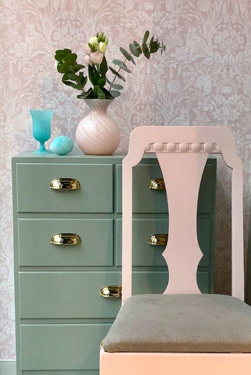 Från 70-tal till sekelskifteskänsla! En helt oansenlig liten furubyrå från 70-talet omvandlades till en skönhet i mild grön färg och med klassiska skålhandtag. Den charmiga stolen med vackra detaljer målades i en svagt rosa ton och kläddes med ett rustikt linnetyg. Färgerna kommer från kollektionen Sköna hem by Caparol, den rosa är Serene, den gröna, Verdure.