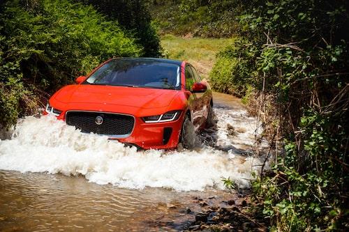 Det finns människor som tror att elbilar inte är förenligt med vatten. Det stämmer inte.