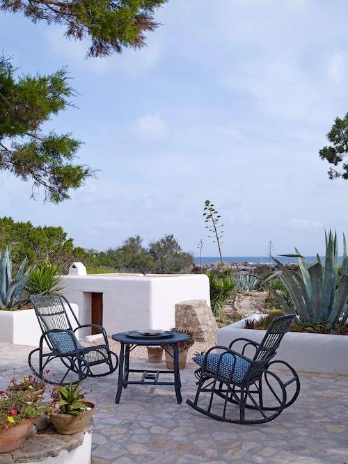 Medelhavet ligger bara en kort promenad bort. Den lilla byggnaden i bakgrunden är ett gästhus.