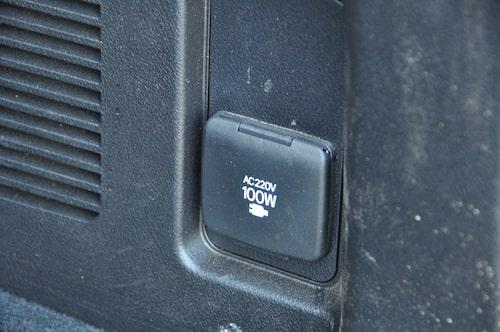 Behovsprövning i stort som smått. Både 220-volts och USB-uttag stöttar när allehanda elprylar behöver laddas.