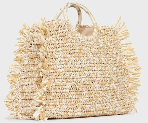 Handväska i strå från Becksöndergaard med snyggt mönster och fransar. Klicka på bilden och kom direkt till väskan.