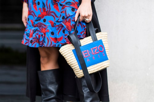 En stråväska matchar du lätt till boots och klänning för en fulländad sommarlook!
