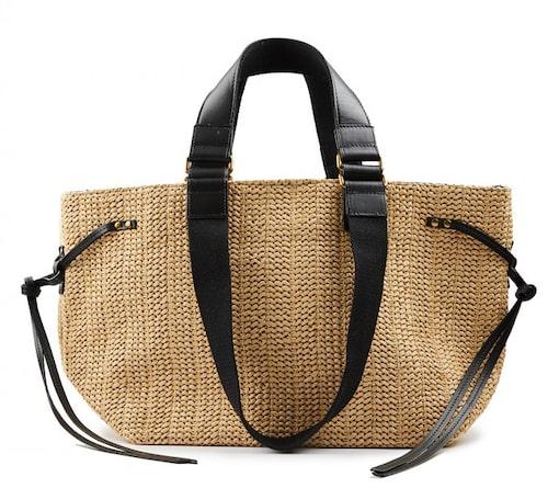 Tuff stråväska från Isabel Marant med snygga skinndetaljer. Klicka på bilden och kom direkt till väskan.