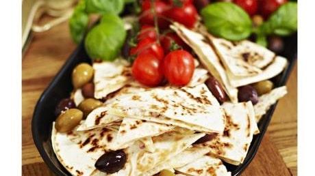 Quesadillas med tomater, getost och oliver