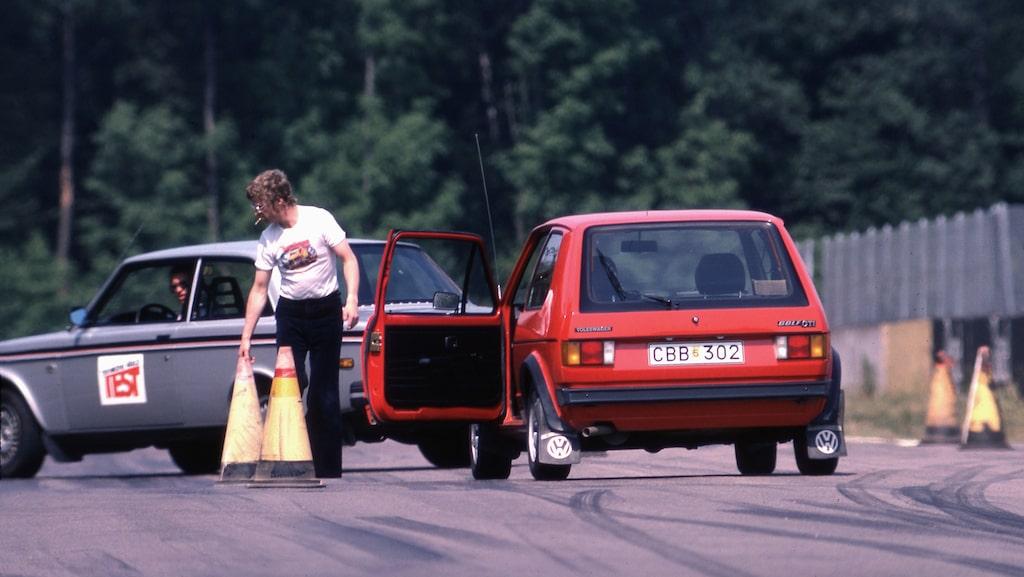 Björn Sundfeldt rättar till konerna efter ett älgtest. En Rillo sticker lite nonchalant ut ur mungipan.