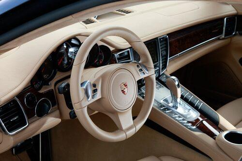 Interiören känns Porsche trots en del nytt.