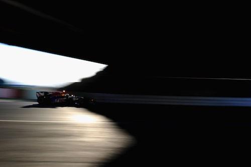 """Suzuka är enda banan i F1-kalendern som """"slår knut på sig själv"""". Här kör segraren Sebastian Vettel in under bron. (Foto:Mark Thompson/Getty Images)"""