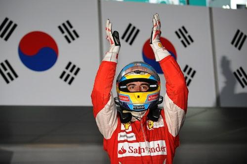 Sydkoreas första Grand Prix höll på att regna bort. Fernando Alonso vann och plaskade med handskarna. (Foto: Ferrari)