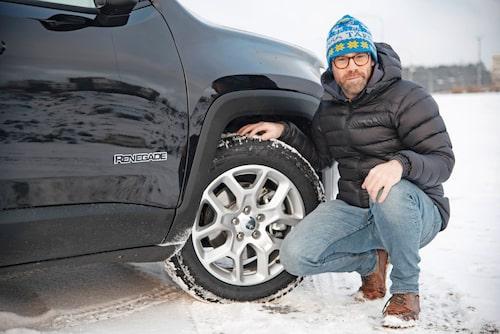 Bilen, som rullar på Goodyears nordiska dubbfria vinterdäck under provkörningen, går relativt stötigt på alla underlag.