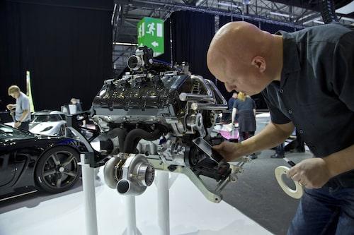 Christian von Koenigsegg gör något som många andra vd:ar och grundare inte gör: hjälper till med monterarbetet.