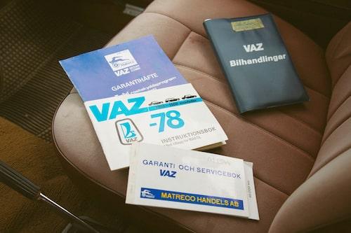 Första ägaren av Vaz 1500 DL var Sten Schéle i Hjo. Samlingen av originalhandlingar är notorisk och komplett, ett rejält tidsdokument. Bara det en tidsresa – utöver själva bilen.