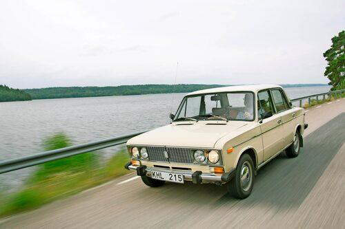 Motorn fram och bakhjulsdrift ger Vaz relativt balanserat köruppträdande. 1500-motorn på 75 hk räcker till men en gång i tiden var Vaz en rallyvinnare!