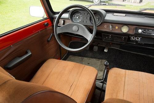 1968 var detta en hyfsat modern inredning, relativt lik bilar i väst. Fyrväxlad pinning golvspak och träfanér i form av imitation i plast. Gott om utrymme.