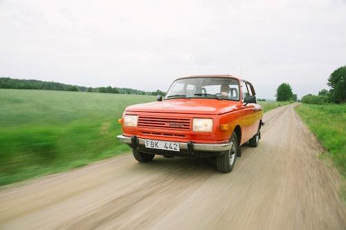 Köregenskaperna hos 353 är inspirerande. Den trecylindriga tvåtaktsmotorn på 900 cm3 smattrar på bra men har ett hyfsat tungt lass att dra på. Men ägare Berndt drar gärna husvagn Bastei bakpå.