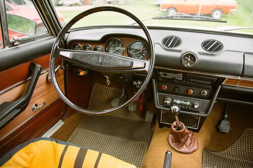 Klocka centralt monterad, extra instrument på vänsterflanken och två rejäla rundlar framför ratten är snyggt. Isammanhanget redig känsla i växelspaken.