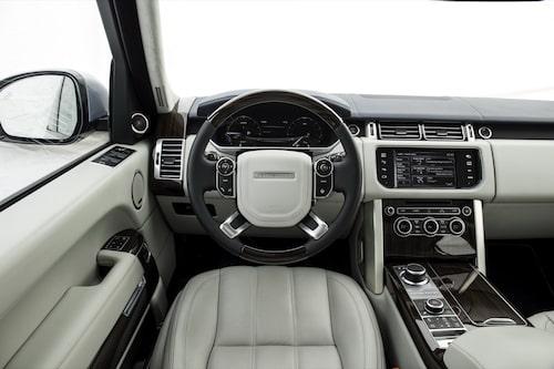 Ingenting förutom informationen i färddatorn skiljer sig från ickehybriden av Range Rover.