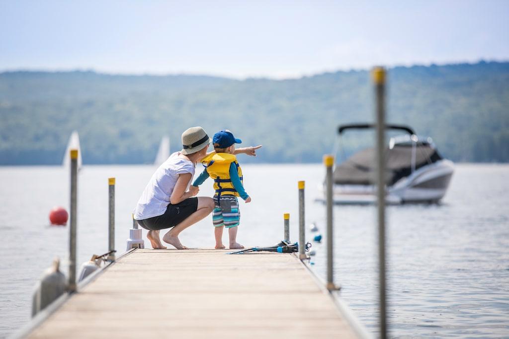 Det är viktigt att barn bär flytväst när de vistas i närheten av vatten.