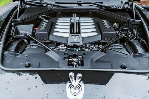 V12-motorn på 6,6 liter är nertrimmad jämfört med Ghost SII och Dawn, fortfarande tillräckligt kraftfull.