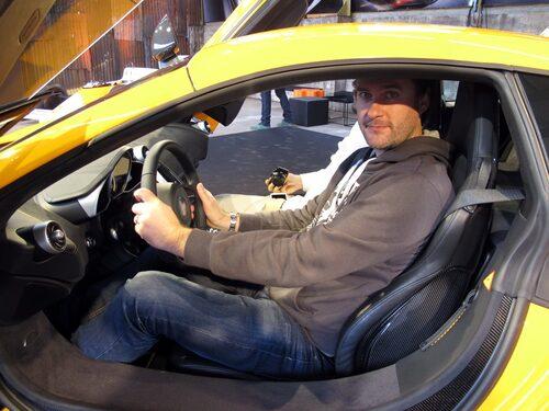 En styck webbredaktör i form av Mattias Rabe torrbryter bakom ratten i McLaren MP4-12C.