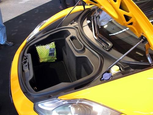 Ungefär 150 liter bagage ryms där fram i McLaren MP4-12C. Men det går även att stuva ner lite grejor bakom stolarna i kupén.