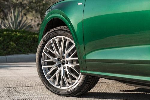 På provbilarna sitter större hjul, men standard är 17 tums aluminiumfälgar som är extra lätta, bara nio kilo.