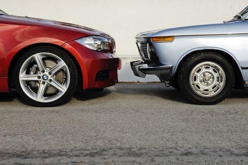 338 mm stora bromsskivor och ok med sex kolvar får stopp på bilen. 2002:an står på 205/60-däck på 13 tum fälg.