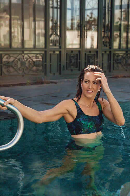 Therese Alshammar i bikini från egna kollektionen med Ellos.