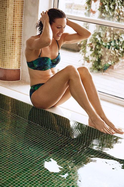Therese Alshammar i bikini från sin kollektion med Ellos.