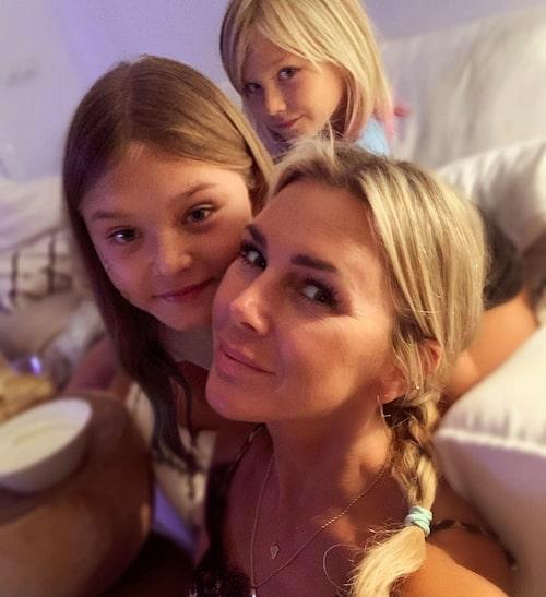 """Hannah har alltid varit öppen med sin gudstro, som också förts över på barnen: """"De har fått sin barnatro och det är något jag märker att de vill ha kvar. Jag har min tro som en trygghet och stöd och det är inget jag skäms över. Den har hjälpt mig genom svåra stunder i livet."""""""
