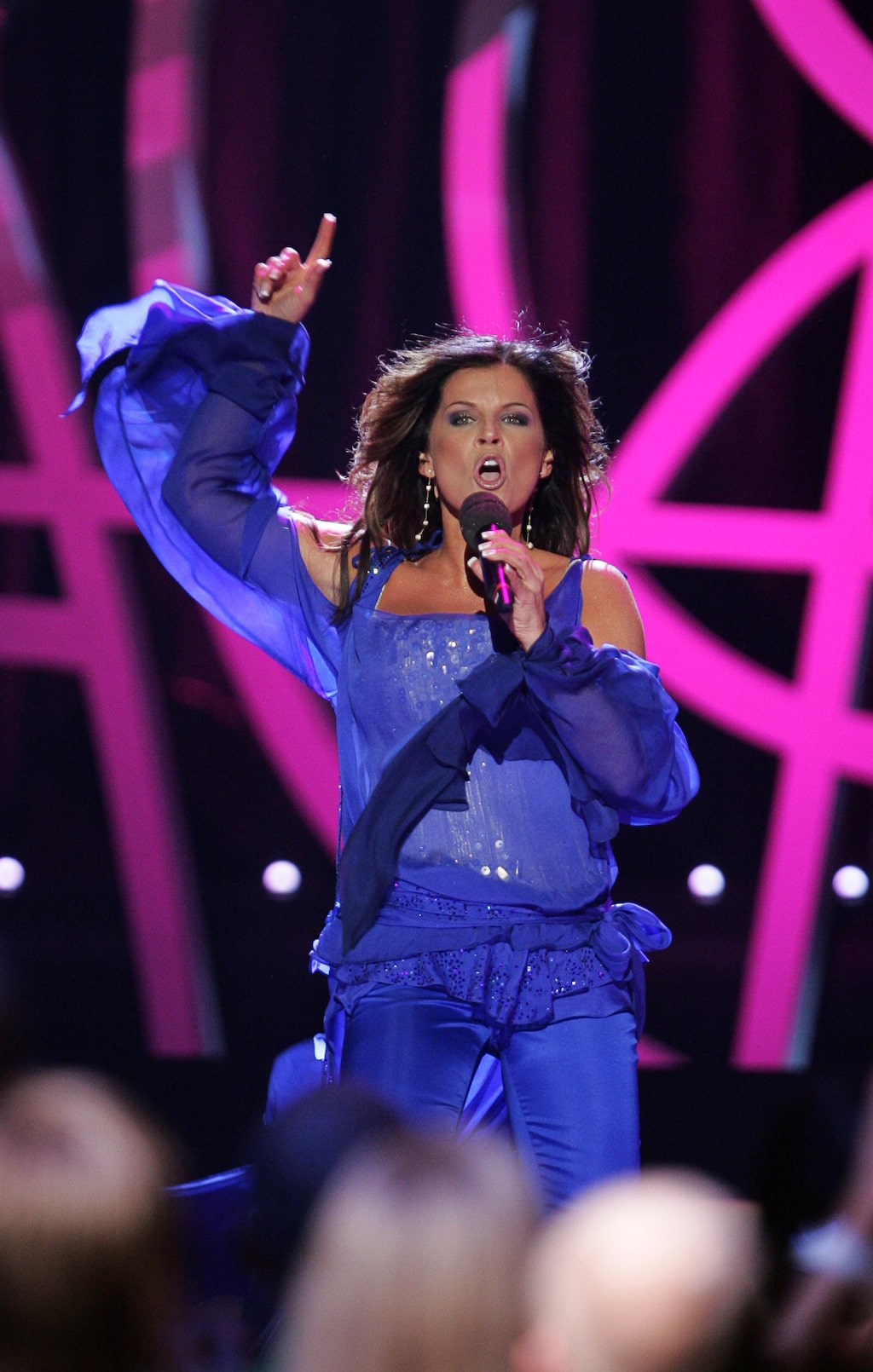 Carolas Melodifestivalen-look 2006 bestod av en böljande tunika och byxor.