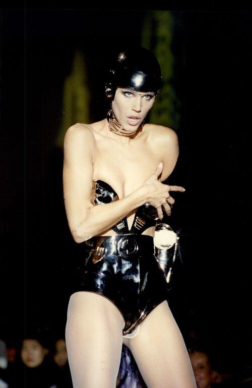 """På catwalken: Emma Wiklund i den ikoniska outfit från Thierry Muger som senare dök upp i George Michaels """"Too Funky""""-video."""