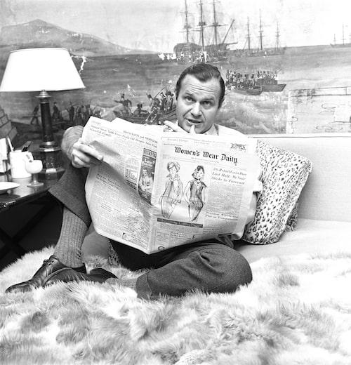 Bill Blas läser Womens Wear Daily 1962.