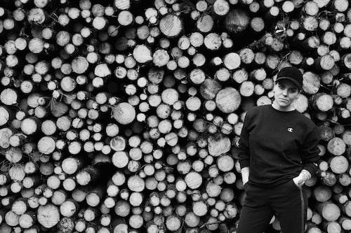 Hanna Hansdotter jobbar på Kosta Boda och har bosatt sig i Smålandsskogen.