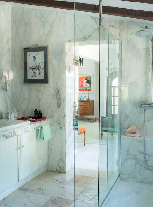 Ingela renoverade fyra badrum i huset och till sitt privata valde hon vit carraramormor. Papegojtavlan är en present från döttrarna.