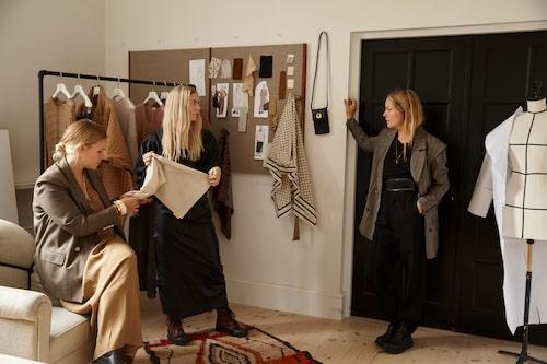 Ellen Dixdotter i By Malene Birgers desginstudio med Caroline Fjelddahl och designchef, och syster, Maja Dixdotter.