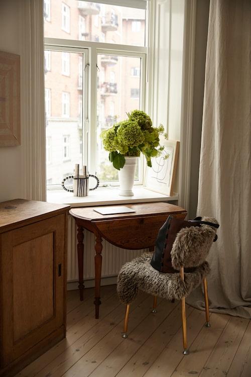 I Ellen Dixdotters sovrum: stol från ett samarbete mellan Lammhult och Hope Stockholm. Väska från By Malene Birger. Konst av Evelina Kroon, gardiner från Astrid Textiles.