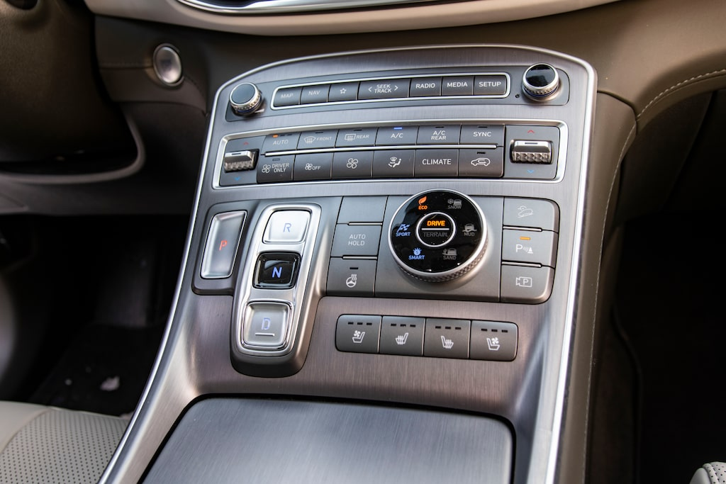 Växelspaken har ersatts av knappar, en tydlig överföring från Hyundais elbilar.