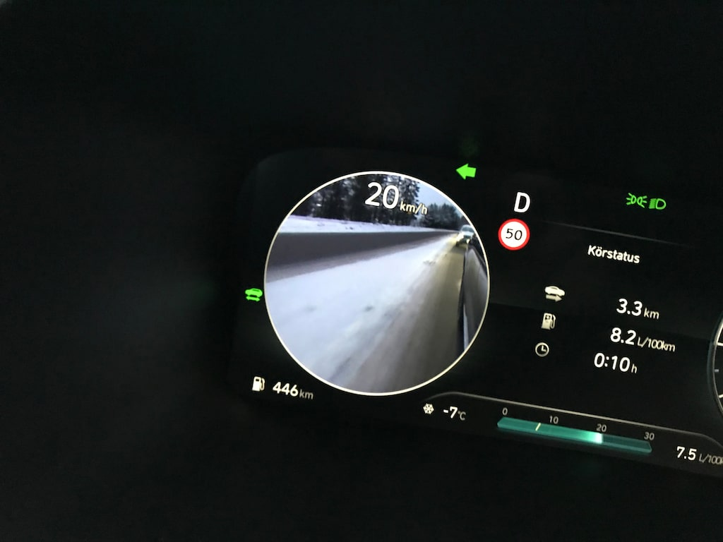 Smart på riktigt! Kamera visar döda vinkeln i hastighetsmätarrundeln framför ratten. Bra!