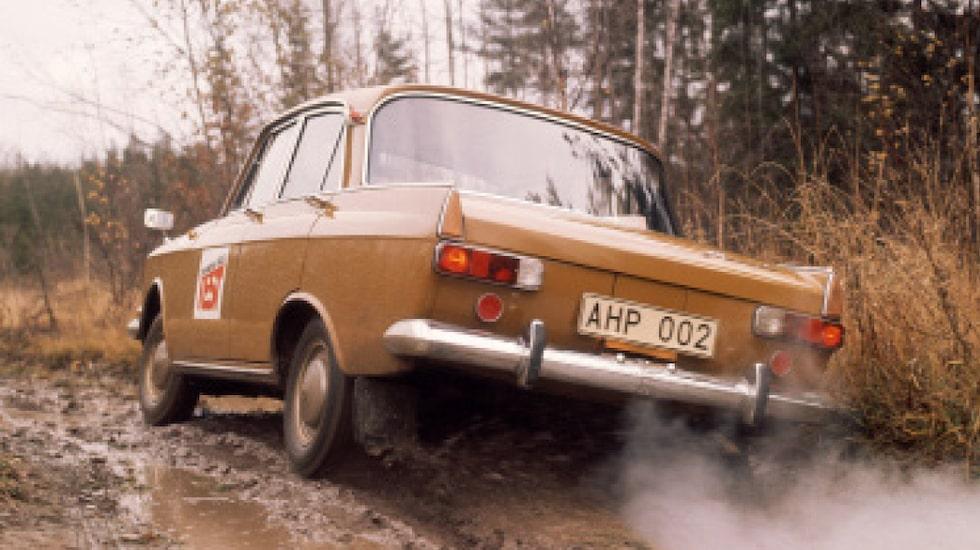En brun Moskvitch 412 i sitt rätta bruna element. Fick du platt däck fanns en fotpump av cykelmodell i skuffen.