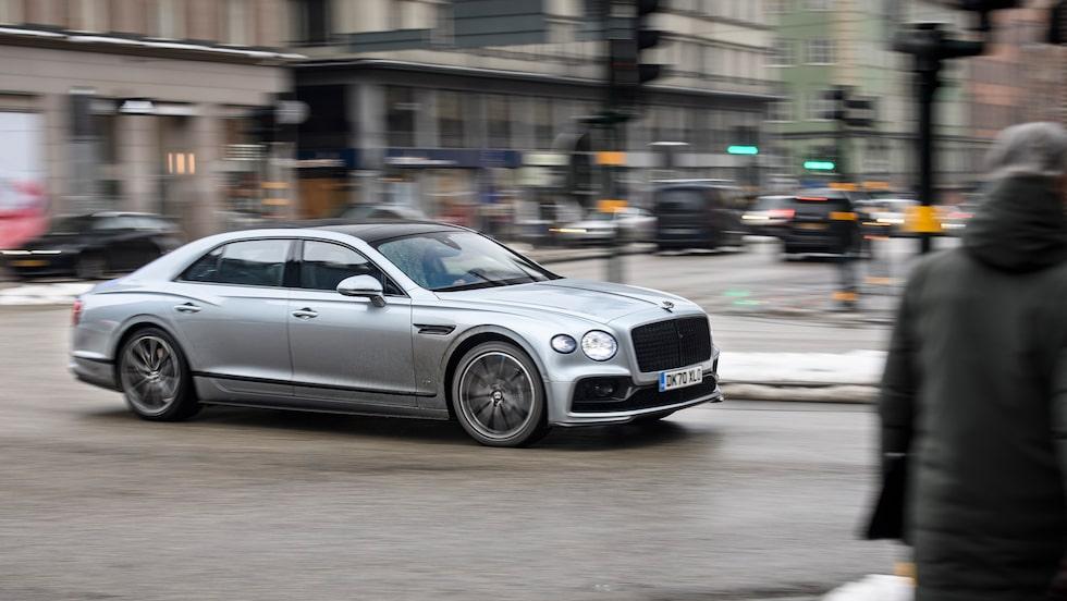 Det krävs inte mer än en 5,3 meter lång och 3 miljoner kronor dyr silver-Bentley för att sticka ut i Stockholmstrafiken.