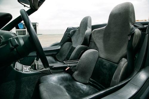 Fullt justerbara stolar i skaldesign och diskret kamouflagemönster ger krydda åt den annars så försiktigt designade Z1.