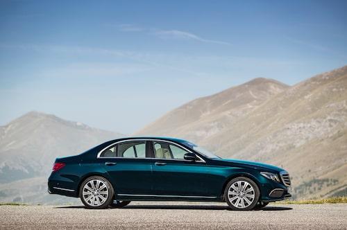 Mercedes E 350 e Exclusive årsmodell 2017 i färgen kallaitblå.